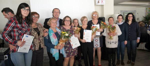 Seis mujeres que simbolizan pasado, presente y futuro